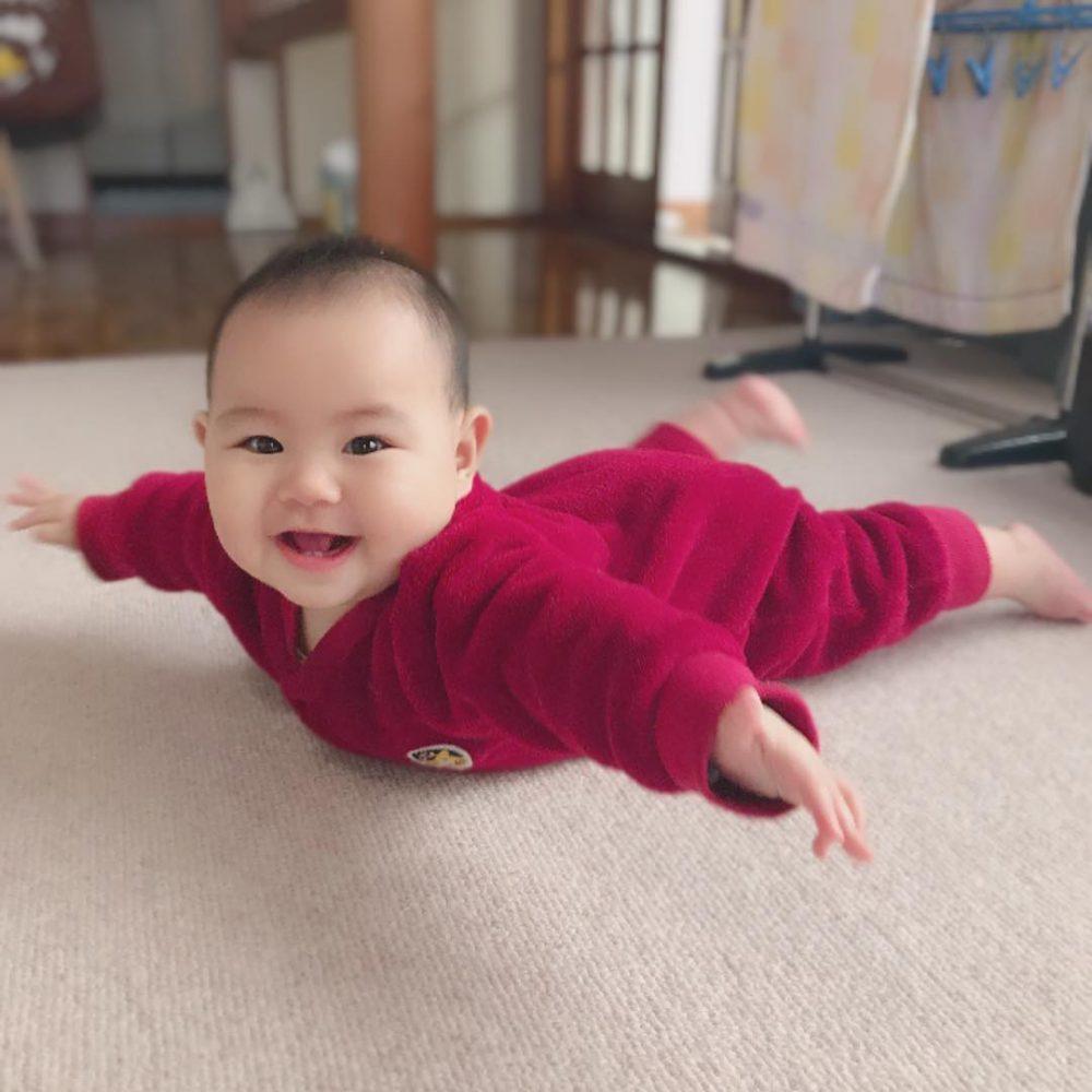 【生後4~8ヶ月頃】飛行機ポーズ