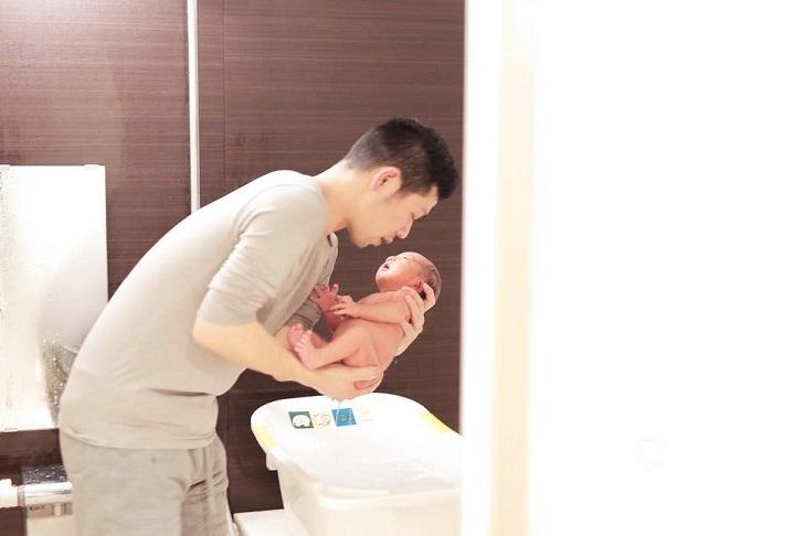 【0ヶ月】ドキドキの沐浴!パパ&ママの緊張も撮っておこう
